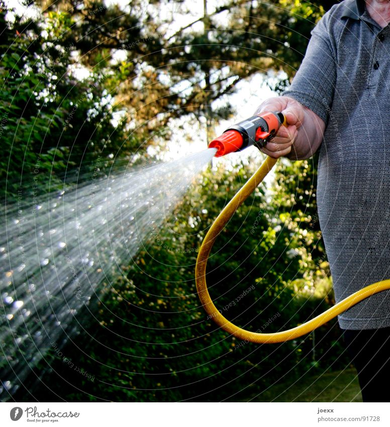 Schlangenbändiger Mensch Mann Wasser Hand grün rot Sommer Erwachsene gelb Senior Garten Klima Freizeit & Hobby Arme maskulin Wassertropfen