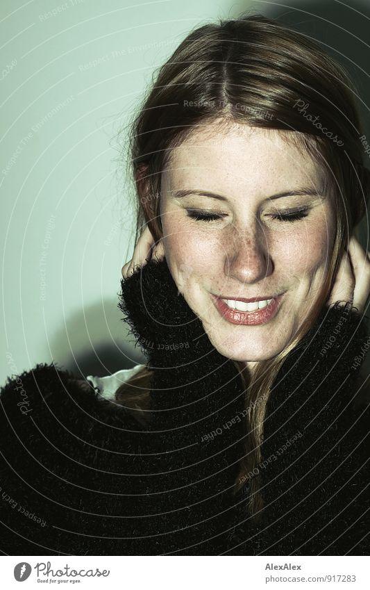 Die pure Freude Junge Frau Jugendliche Gesicht Grübchen Sommersprossen 18-30 Jahre Erwachsene Jacke Felljacke weich rothaarig langhaarig Lächeln lachen träumen