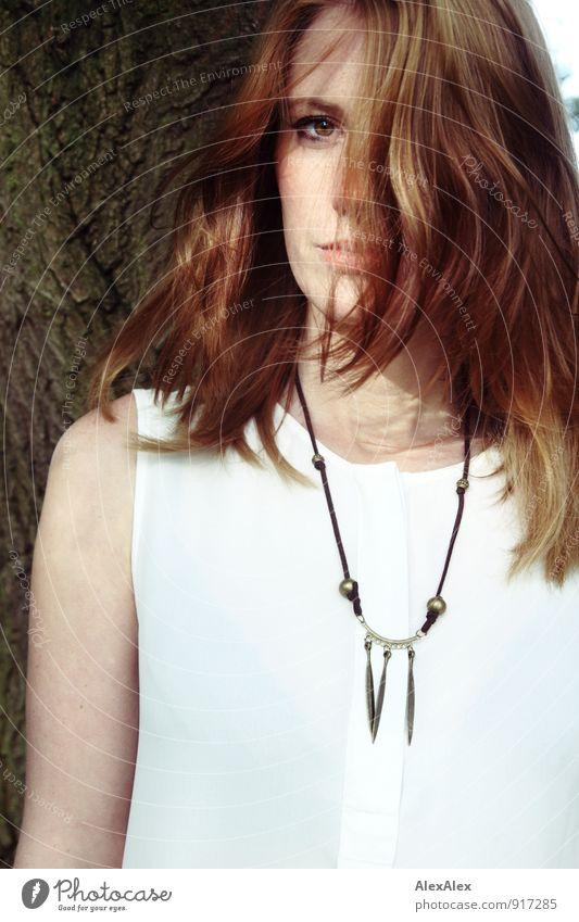 Frau Fuchs elegant Design Ausflug Junge Frau Jugendliche 18-30 Jahre Erwachsene Schönes Wetter Baum Wald Bluse Schmuck Halskette rothaarig langhaarig beobachten