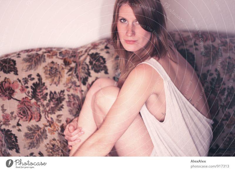 im Fokus Jugendliche Pflanze schön Junge Frau Blume 18-30 Jahre Erotik Erwachsene außergewöhnlich Raum wild sitzen authentisch ästhetisch beobachten Coolness
