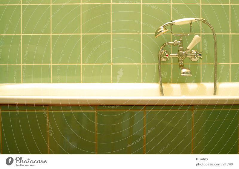Mal ab in die Wanne Badewanne grün Wasser Fliesen u. Kacheln erfrischen Duschkopf alt retro