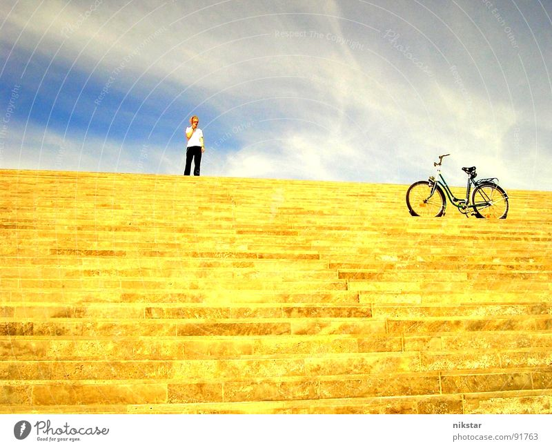großes fragezeichen Mensch Himmel Mann Jugendliche blau Sonne Wolken gelb Bewegung grau blond Fahrrad gold Freizeit & Hobby Treppe Schönes Wetter