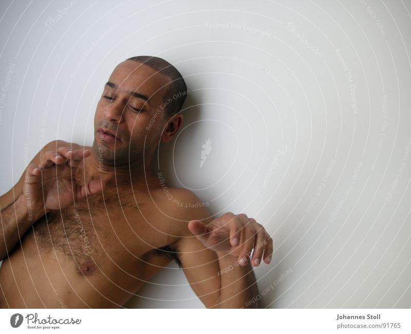 Tänzer 3 Mann Brasilianer Oberkörper Hand Tanzen schön Bewegung Angst Bedrängnis dunkle Haut Muskulatur vor weißer Wand Brust Arme Theaterschauspiel