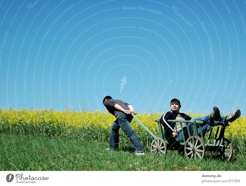 HER !!! <----------- Mann Kerl bequem Erholung lässig beweglich Freizeit & Hobby Zeit Sommer Physik heiß gelb grün Raps Wagen Handwagen Karre
