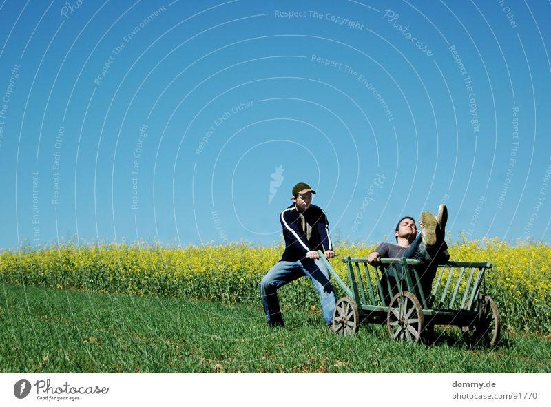 --------------->HIN und Mann Kerl bequem Erholung lässig beweglich Freizeit & Hobby Zeit Sommer Physik heiß gelb grün Raps Wagen Handwagen Karre