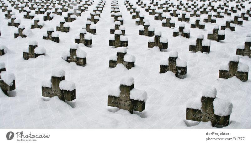 Die Stille nach dem Schuss weiß Winter ruhig schwarz Schnee Tod Friedhof Rücken Gewalt Denkmal Krieg Russland Wahrzeichen Held Soldat Leiche