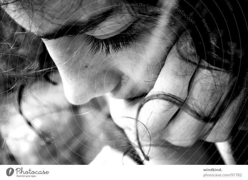 Versunken Jugendliche Sommer Haut Wind lesen Konzentration Locken Wimpern untergehen Haarsträhne Brise lockig Haare & Frisuren gefesselt Windzug