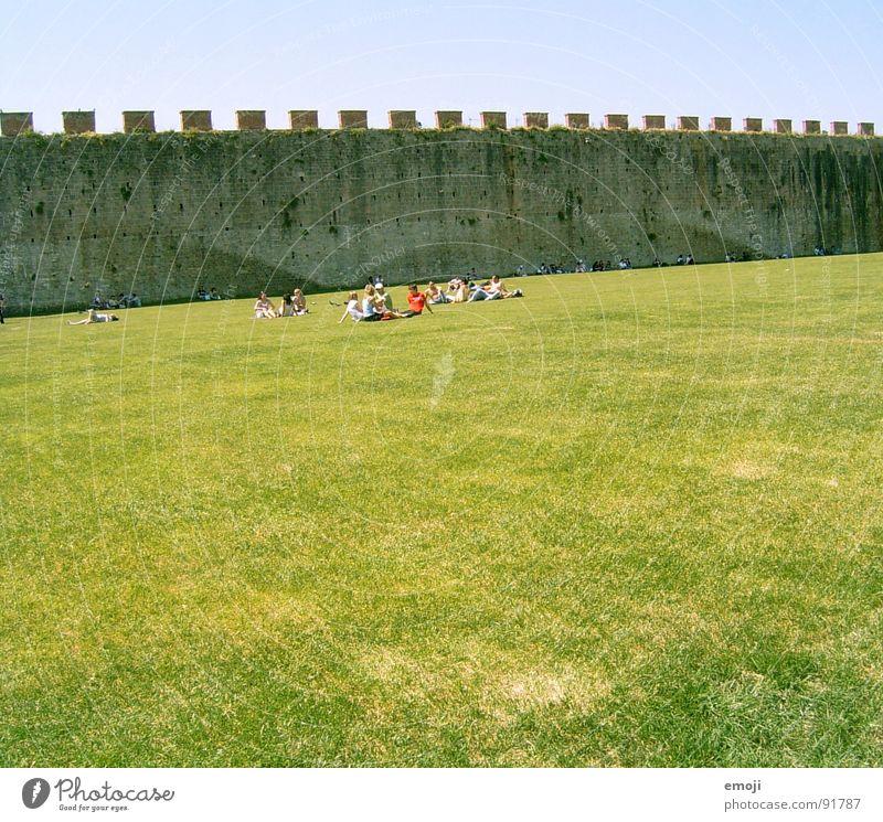 parlare italiano Wiese grün Mensch Erholung Schönes Wetter Platz Ferne Italien Wand Mauer Verkehrswege humans Natur PISA-Studie rundherum Stein stone