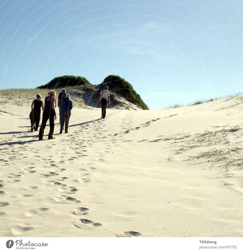 Dünenmarsch Brasilien Südamerika Botanik trocken Physik heiß Mensch Einsamkeit unterwegs Wüste Menschengruppe Stranddüne Sand Bodenbeläge Durst Wärme Spuren