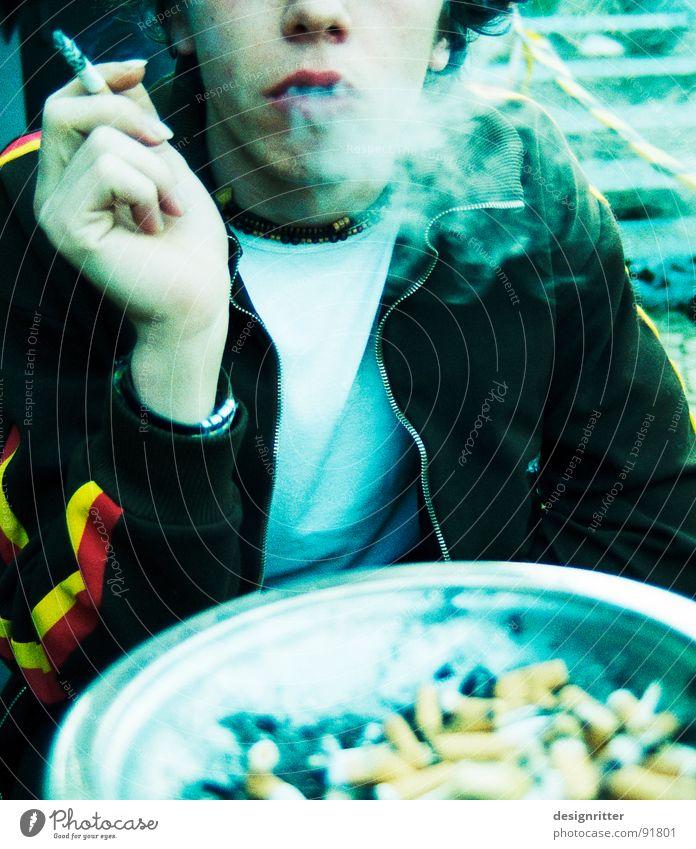 Alle für einen Jugendliche Suche einzeln Rauchen Zigarette Anschnitt Aschenbecher Nikotin Gesichtsausschnitt 1 Mensch inhalieren Zigarettenstummel