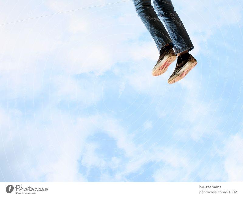 Coming down... Schweben Abheben Houston vertikal Wolken Maria Himmelfahrt Freude Beginn Jeanshose Fuß Trendschuh Bläue high as a kite