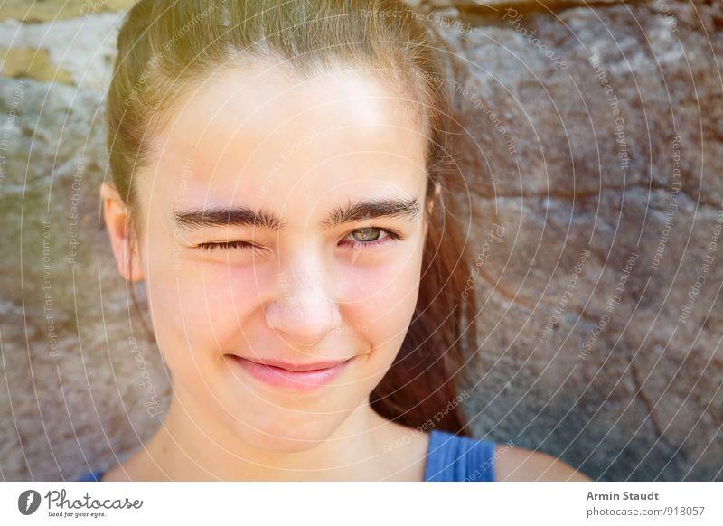 Seilschaft Lifestyle Freude schön Sommer feminin Frau Erwachsene Jugendliche Gesicht Auge 1 Mensch 13-18 Jahre Kind Mauer Wand Lächeln Spielen frech
