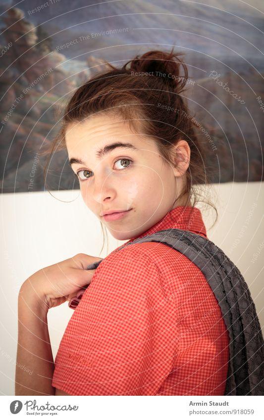 Selbst schuld Mensch Kind Jugendliche schön Hand rot Wand Gefühle feminin Mauer Lifestyle 13-18 Jahre Lächeln einzigartig Neugier Gelassenheit