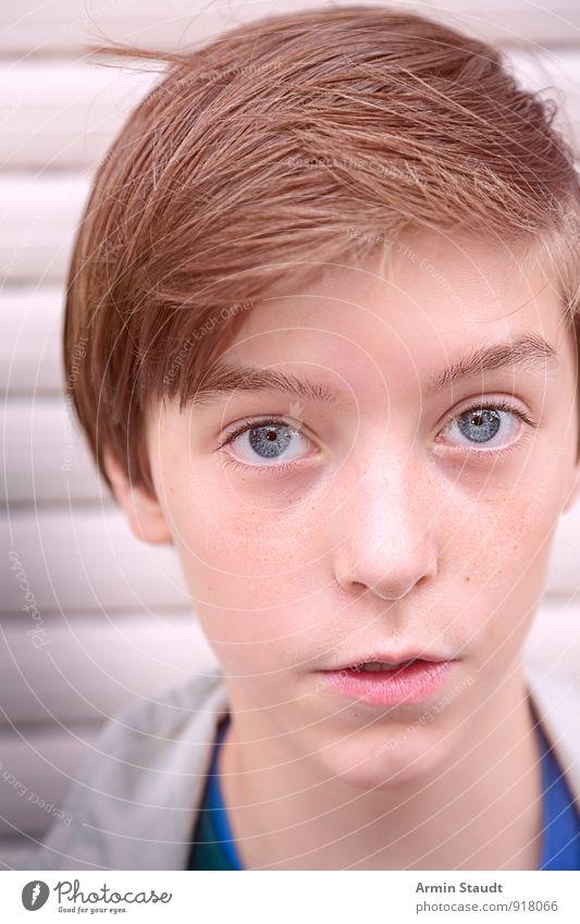 Porträt Lifestyle schön harmonisch Mensch maskulin Jugendliche Gesicht 1 13-18 Jahre Kind Mauer Wand brünett Kommunizieren authentisch Coolness Freundlichkeit