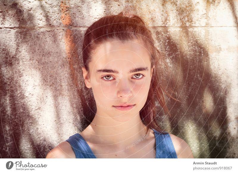 Licht - Schatten - Porträt Mensch Frau Kind Jugendliche schön Sommer Erwachsene Gesicht Wand feminin natürlich Mauer Lifestyle Kraft authentisch 13-18 Jahre