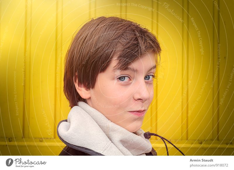 Porträt Lifestyle Winter Mensch maskulin Jugendliche Kopf 1 13-18 Jahre Kind Mauer Wand Holzwand Schal brünett Lächeln Freundlichkeit Glück schön einzigartig