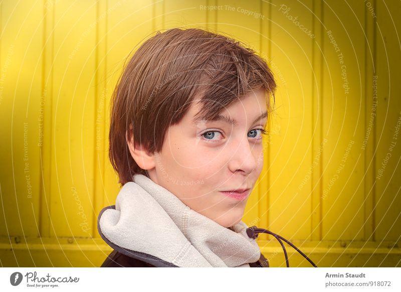 Porträt Mensch Kind Jugendliche schön Winter gelb Wand Gefühle Mauer Glück Kopf maskulin Lifestyle Zufriedenheit 13-18 Jahre Lächeln