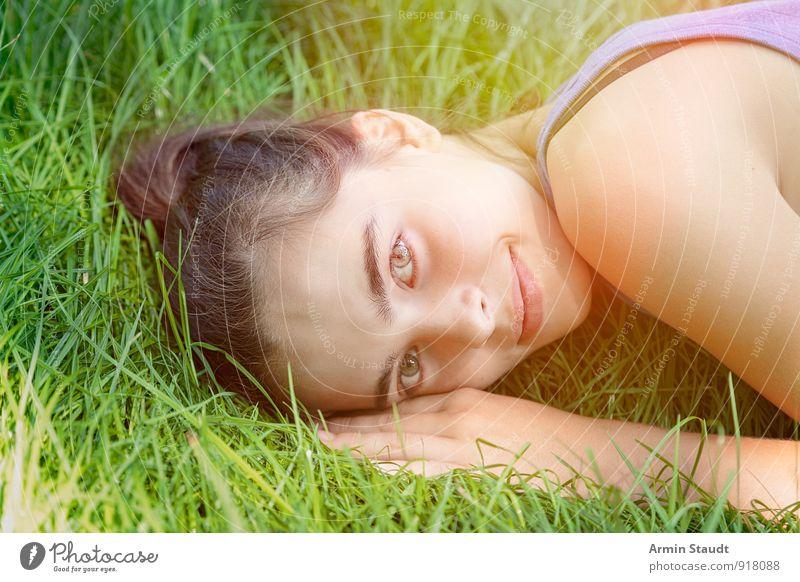 Liegen - Frau - Lächeln - Wiese Mensch Kind Natur Jugendliche schön Sommer Erholung Hand Erwachsene Gesicht Gefühle feminin Gras Frühling