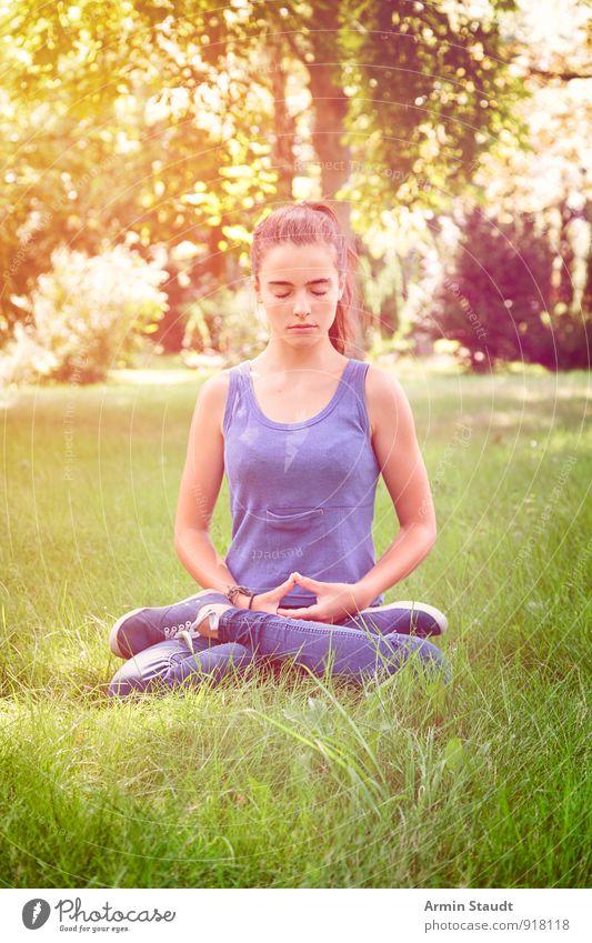 Zazen Mensch Frau Kind Natur Jugendliche schön Sommer Erholung Erwachsene Gefühle Wiese feminin Gesundheit Park Lifestyle nachdenklich