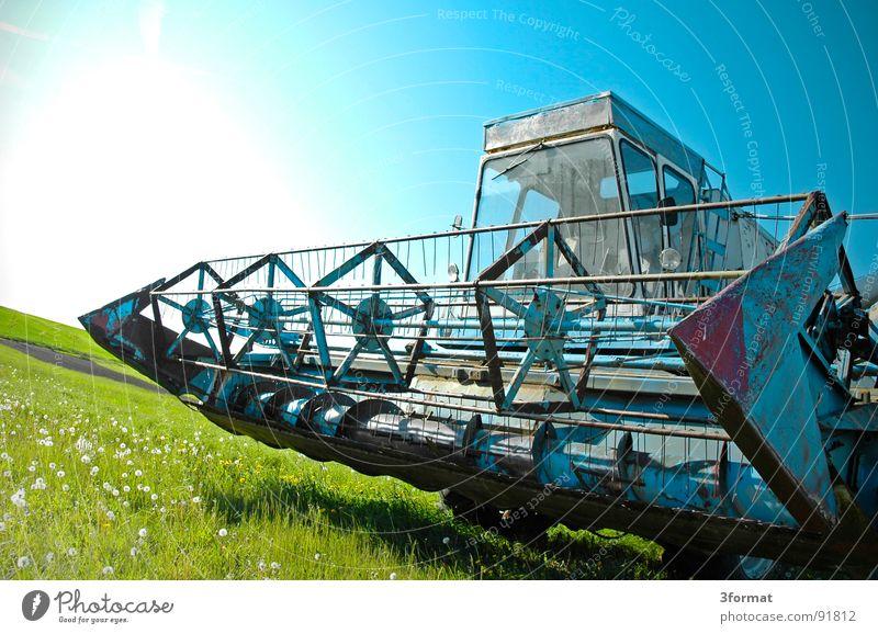drescher blau Ferien & Urlaub & Reisen grün Sommer Pflanze Sonne Landschaft Wiese hell Arbeit & Erwerbstätigkeit Feld gefährlich Macht Technik & Technologie
