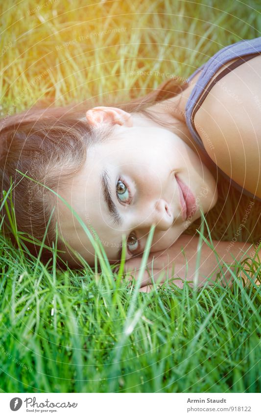 Lächeln im Gras Lifestyle Gesundheit Erholung Sommer Mensch Frau Erwachsene Jugendliche 1 13-18 Jahre Kind Natur Frühling Wiese liegen Freundlichkeit Glück