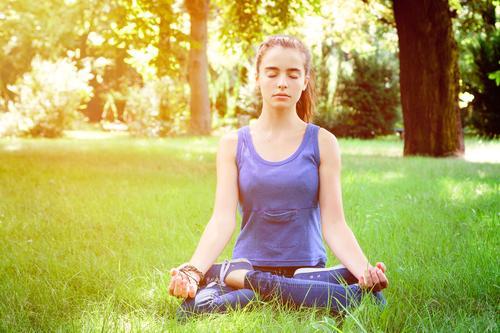 Meditation Lifestyle Gesundheit Wellness Erholung Sommer Yoga Mensch feminin Frau Erwachsene Jugendliche 1 Natur Park Wiese sitzen positiv schön Gefühle