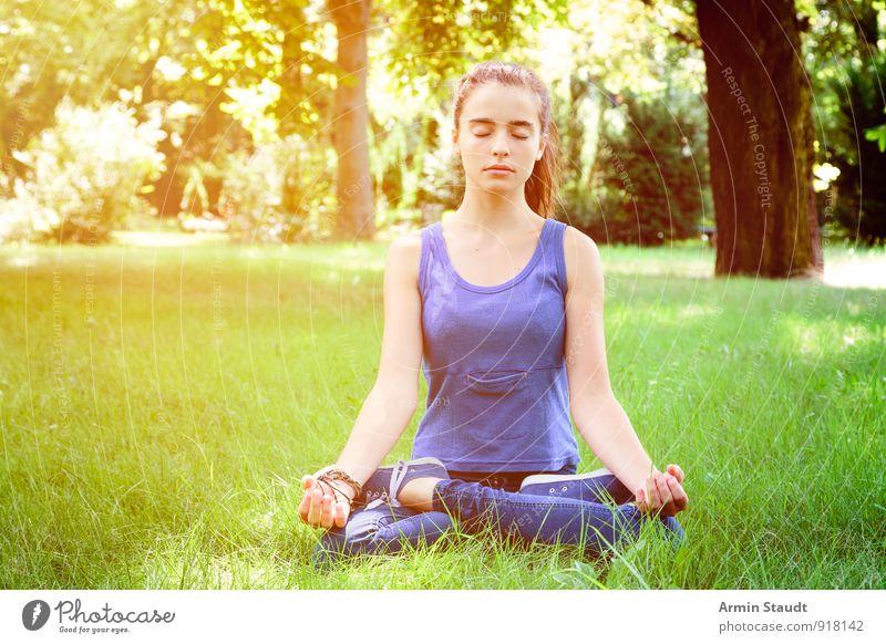 Meditation Mensch Frau Natur Jugendliche schön Sommer Erholung Erwachsene Gefühle Wiese feminin Gesundheit Lifestyle Park nachdenklich sitzen