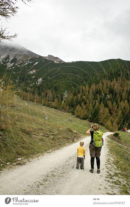 Fotografie-Ausbildung Mensch Frau Kind Ferien & Urlaub & Reisen grün ruhig Wolken Wald Erwachsene Berge u. Gebirge Wege & Pfade grau Freizeit & Hobby Kindheit