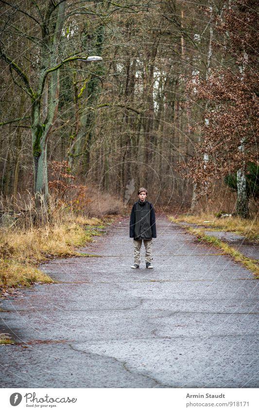 Junge - Straße - Herbst Mensch Kind Natur Jugendliche alt Einsamkeit Ferne Winter Wald klein Stimmung maskulin Wetter Kindheit