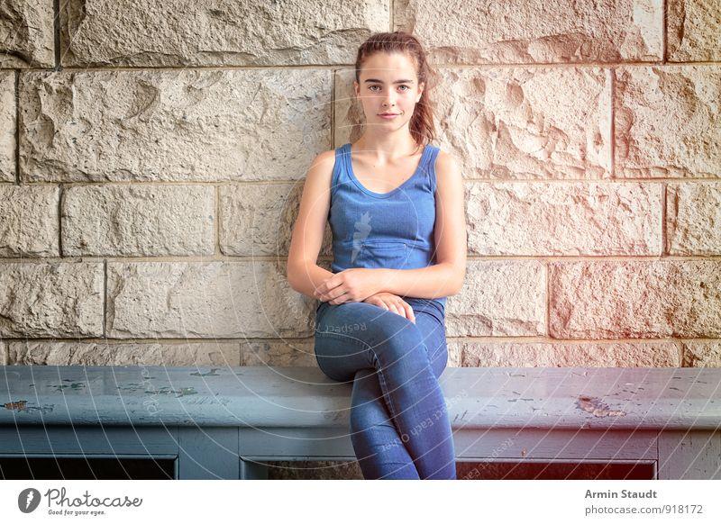 Bank - Sitzen - Porträt Mensch Frau Kind Jugendliche blau schön Sommer Erholung Erwachsene Wand feminin Mauer Stil Holz Lifestyle elegant