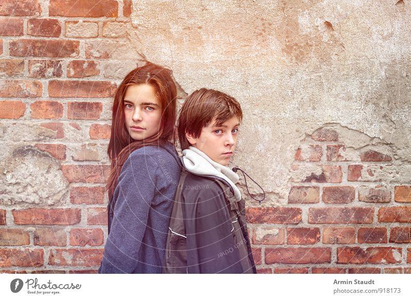 Geschwister Mensch Kind Jugendliche Wand Gefühle feminin natürlich Mauer Glück Stimmung Paar Freundschaft Zusammensein maskulin Lifestyle Zufriedenheit