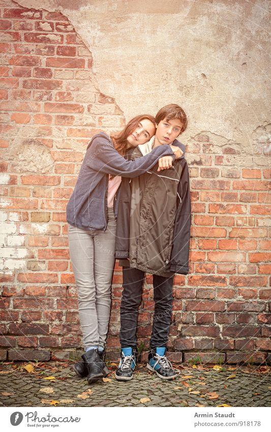 Geschwister Lifestyle Mensch maskulin feminin Jugendliche 2 8-13 Jahre Kind Kindheit Backsteinwand Liebe stehen Umarmen authentisch Fröhlichkeit natürlich