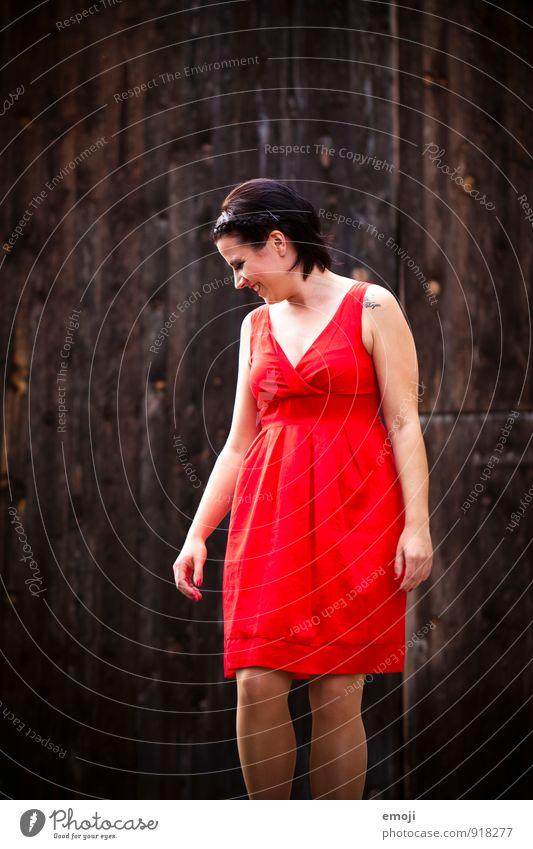 ja! feminin Junge Frau Jugendliche 1 Mensch 18-30 Jahre Erwachsene Kleid Fröhlichkeit Glück trendy schön rot Farbfoto Außenaufnahme Hintergrund neutral Tag