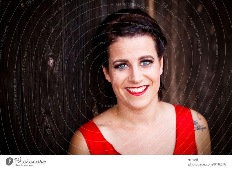 RED feminin Junge Frau Jugendliche Gesicht 1 Mensch 18-30 Jahre Erwachsene trendy schön einzigartig rot Schminke Rockabilly Farbfoto Außenaufnahme
