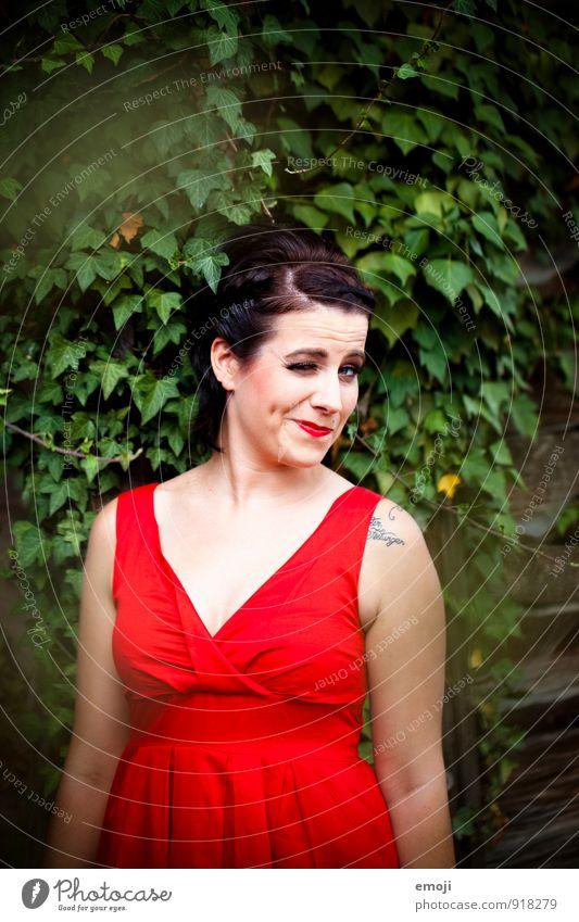 hey! feminin Frau Erwachsene 1 Mensch 18-30 Jahre Jugendliche Mode Kleid frech Fröhlichkeit trendy retro grün rot Rockabilly Farbfoto mehrfarbig Außenaufnahme