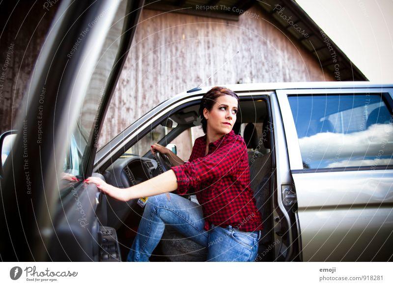 on the road feminin Junge Frau Jugendliche Erwachsene 1 Mensch 18-30 Jahre Fahrzeug PKW Coolness schön retro Farbfoto Außenaufnahme Tag Schwache Tiefenschärfe