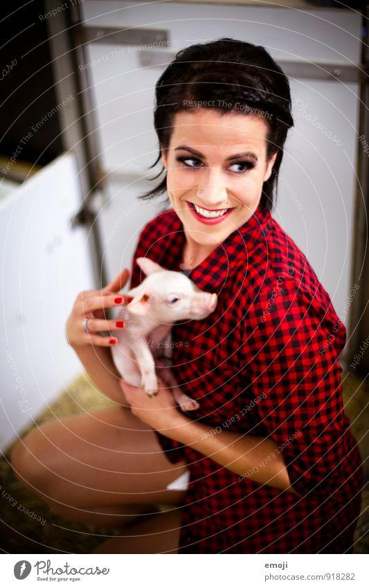 Ferkel Mensch Jugendliche Junge Frau rot Tier 18-30 Jahre Erwachsene Tierjunges feminin lustig natürlich Glück lachen Fröhlichkeit Landwirt Tierzucht