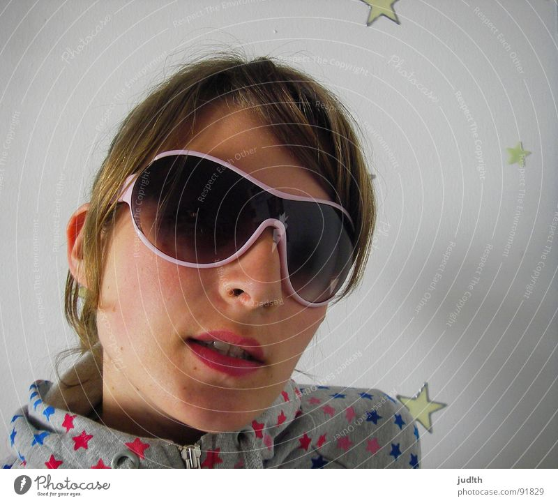 Look at the stars... Frau Jugendliche weiß Freude Farbe rosa Stern (Symbol) Coolness Sonnenbrille Regenbogen Porträt rosarote Brille