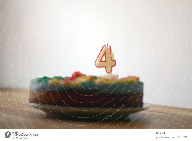 4 Lebensmittel Teigwaren Backwaren Ernährung Feste & Feiern Geburtstag Kerze lecker süß Kindheit Geburtstagstorte Kuchen Torte Farbfoto mehrfarbig Innenaufnahme