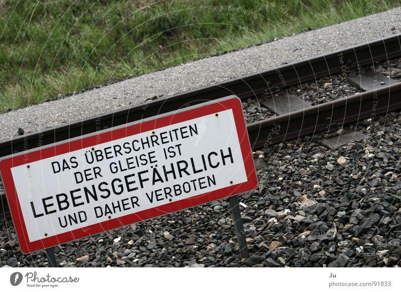 _ Überschreiten gefährlich Tod Schilder & Markierungen Verkehr gefährlich bedrohlich Gleise Verbote Warnhinweis Wien Überqueren Warnschild Überschreitung