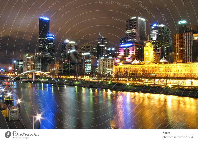 Yarra Night Mirroring Wasser Stadt gelb Beleuchtung Architektur Hochhaus modern Coolness Fluss Mitte Reichtum Skyline Stadtzentrum Australien Nachtaufnahme