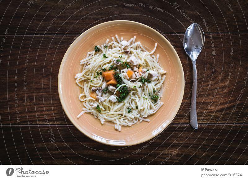 nudelsuppe Lebensmittel Fleisch Suppe Eintopf Ernährung Mittagessen Geschirr Teller Löffel dünn Wärme Nudeln Nudelsuppe Holztisch braun Möhre Appetit & Hunger