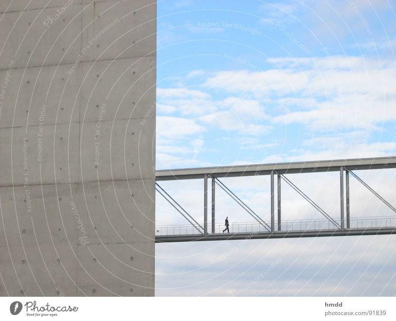 schön zielstrebig Himmel Einsamkeit kalt Architektur Wege & Pfade Berlin Business oben Design elegant modern Erfolg Beton Brücke Verbindung Sitzung