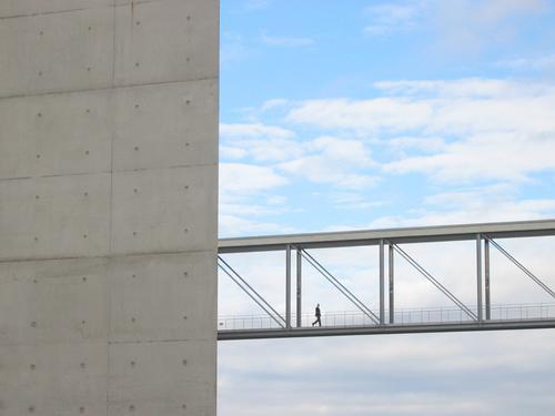 schön zielstrebig Reichtum elegant Design Erfolg Business Karriere Sitzung Himmel Brücke Architektur Fußgänger Wege & Pfade Beton Stahl kalt modern oben