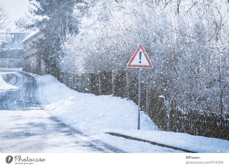 ! Verkehr Verkehrswege Straße Verkehrszeichen Verkehrsschild kalt Hinweisschild Schneefall Zaun Winter Glätte Schneeflocke Schwarzweißfoto Außenaufnahme