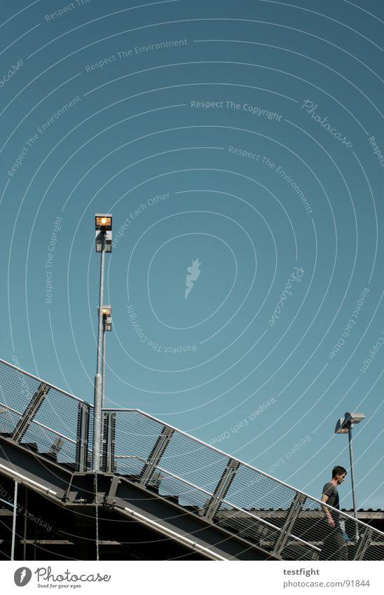 treppe schön Himmel blau Freude Wolken Lampe Berlin Erholung Spielen Graffiti hell Beleuchtung Treppe weich