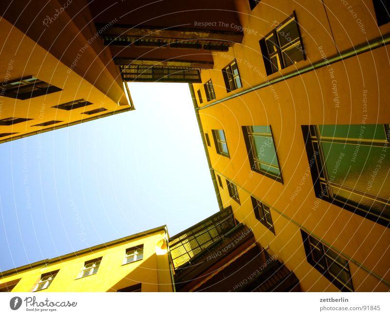 Mittlere Wohnlage VIII Haus steil Fassade Froschperspektive Fenster Mieter Vermieter Stadthaus Fensterbrett Bordell Schulden Haushaltsloch Fenstersims Waschhaus