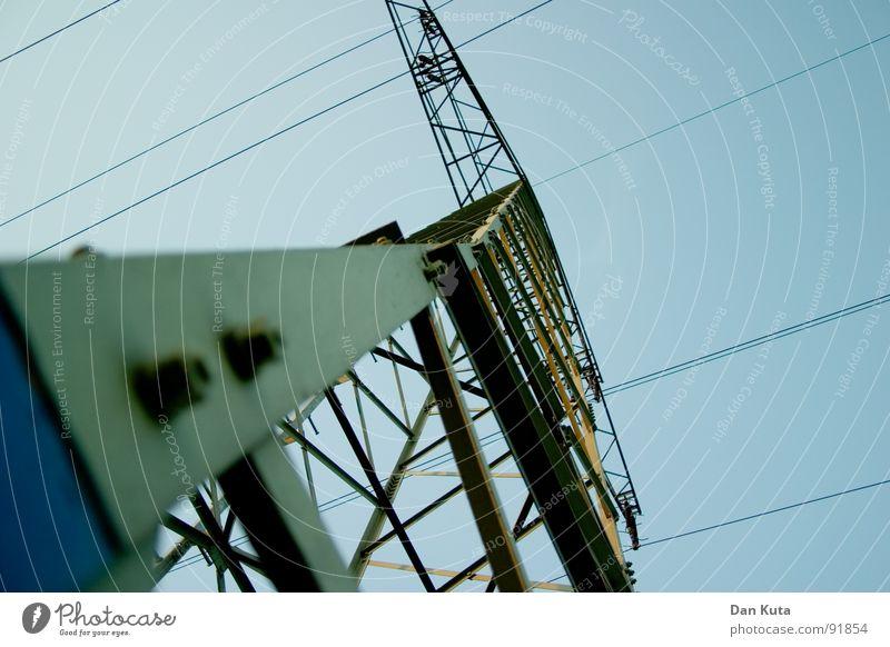 Sticht ins Auge Himmel blau hoch Industrie Elektrizität offen dünn Mitte unten Strahlung Bauwerk Strommast Geometrie edel Draht Leitung