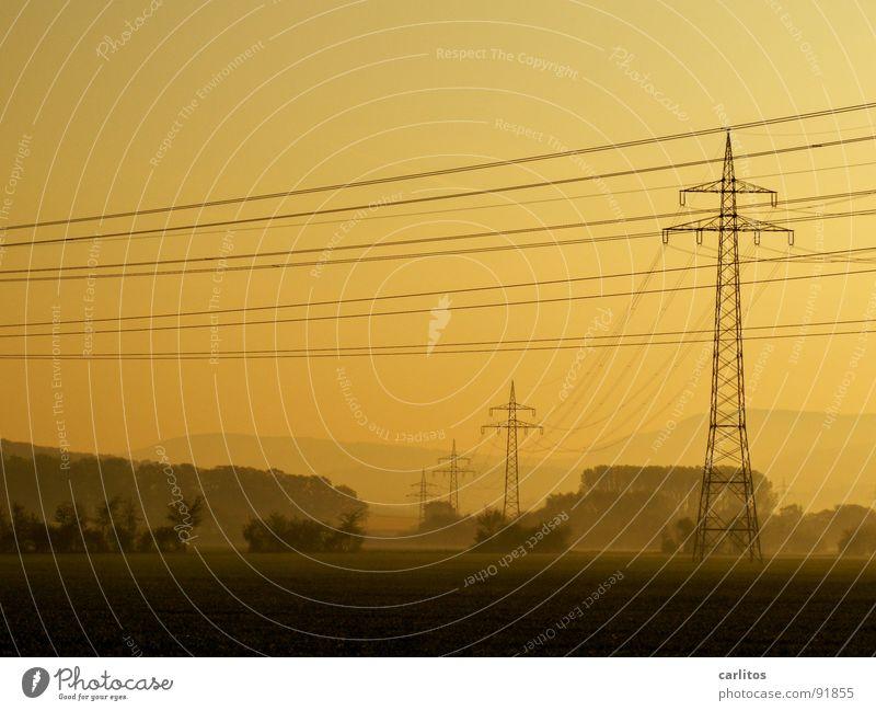 noch'n Strommast :( Morgennebel Nebel Feld Elektrizität Dunst Wolken Farblosigkeit Licht Gras Nebelschleier Hoffnung Tatendrang Schleier Sonnenaufgang grün