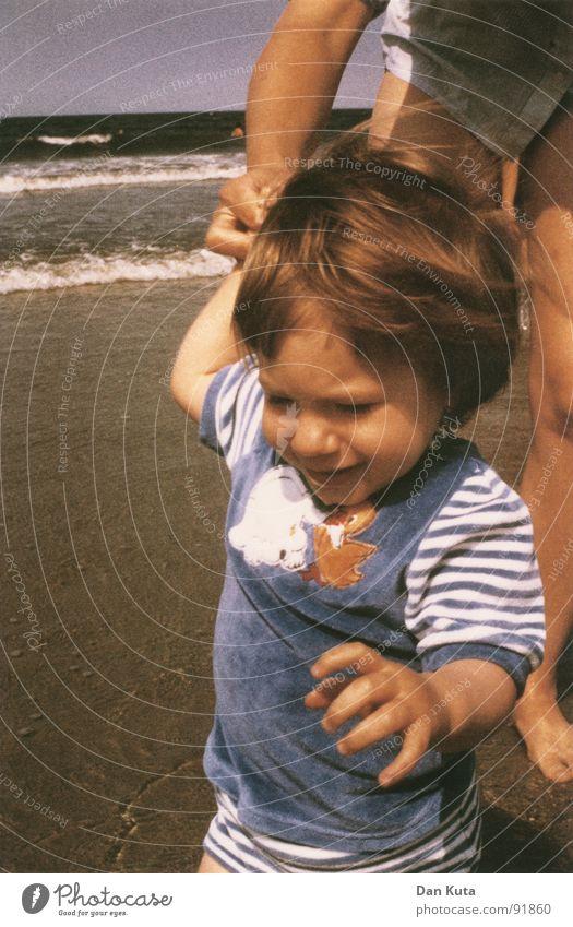 Strandläufer Kind Meer blau Strand Liebe Freiheit Haare & Frisuren Wind laufen Jeanshose Vertrauen Kleinkind Motivation privat Zuneigung Matten